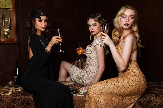 tři ženy se šampusem