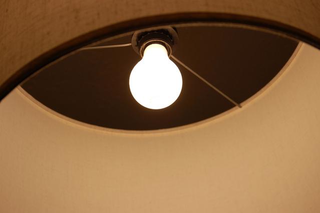 rozsvícená žárovka E27 ve stínidle