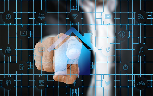 muž ukazuje na obrazovku, je tam síť, modrá s různými ikonami a uprostřed větší ikona domu, na kterou ukazuje prst