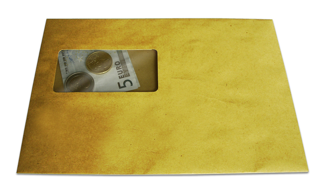 obálka se spoustu bankovek v eurech