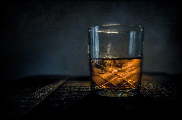 sklenice whiskey
